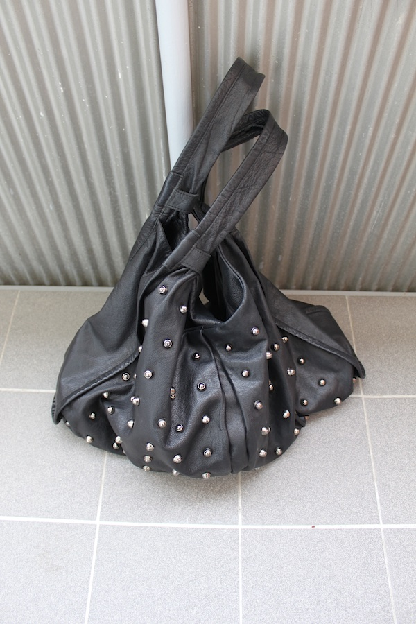 musta niittilaukku